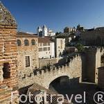 Vista del Arco de la Estrella o Puerta Nueva, s.XVIII junto al Palacio Episcopal. CACERES. Ciudad Patrimonio de la Humanidad. Extremadura. España