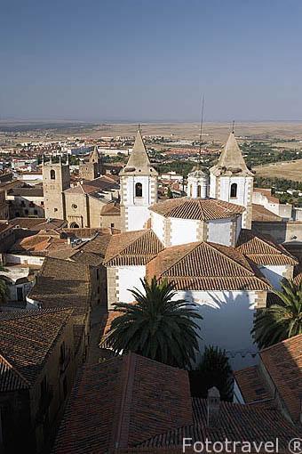 La ciudad de CACERES y las torres de la iglesia de San Francisco Javier desde la torre de las Cigueñas. Ciudad Patrimonio de la Humanidad. Extremadura. España