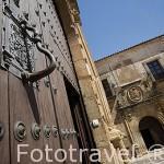 Puerta y aldaba. Palacio Episcopal, s.XIII - XVIII. Fachada que da a la plaza de Santa Maria. CACERES. Ciudad Patrimonio de la Humanidad. Extremadura. España