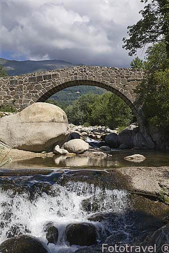 Puente Parral, medieval sobre la garganta Jaranda con arco de medio punto. A las afueras de la población de JARANDILLA DE LA VERA. Provincia de Caceres. Extremadura. España - Spain