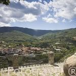 Estatua de la Serrana de la Vera y la población de GARGANTA LA OLLA. Provincia de Caceres. Extremadura. España - Spain
