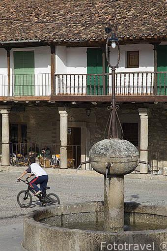 Fuente y soportales en la plaza del Ayuntamiento. Población de CUACOS DE YUSTE. Provincia de Caceres. Extremadura. España - Spain