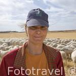 Flori, pastora rumana con su rebaño de ovejas cerca de BELMONTE. Cuenca. Castilla La Mancha. España - Spain