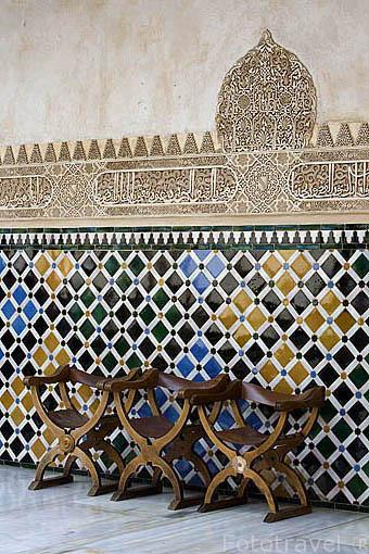 Alicatado en el Patio de Arrayanes. La Alhambra, UNESCO. Ciudad de GRANADA. Andalucia. España