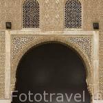 Puerta y celosias en ventanas. Patio de Arrayanes. La Alhambra, UNESCO. Ciudad de GRANADA. Andalucia. España