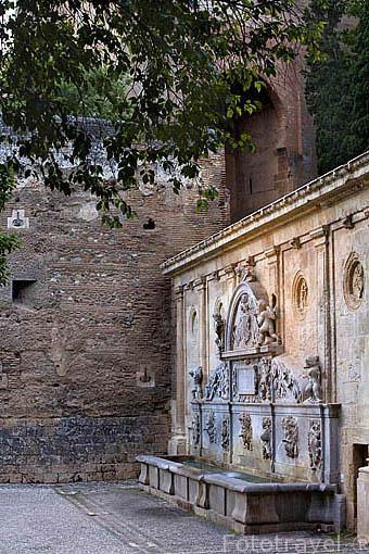 El Pilar de Carlos V con figuras mitologicas y alegoricas. Renacimiento. Ciudad de GRANADA. Andalucia. España