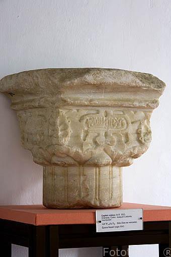 """Capitel cubico. Epoca Nazari. s.XV, con inscripción """"Solo Dios es Vencedor"""". Museo Arqueológico y etnográfico. Ciudad de GRANADA. Andalucia. España"""