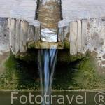 Agua corriendo por una acequia de los jardines del Partal. La Alhambra,UNESCO. Ciudad de GRANADA. Andalucia. España