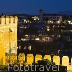 Vista de jardines y muralla desde La Alhambra,UNESCO. Al fondo el barrio del Albaycin. Ciudad de GRANADA. Andalucia. España