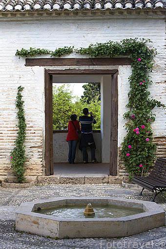 Pequeña fuente cerca del patio del Cipres de la Sultana. Palacio del Generalife. La Alhambra,UNESCO. Ciudad de GRANADA. Andalucia. España