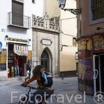 Tiendas junto al arco de Elvira. Ciudad de GRANADA. Andalucia. España