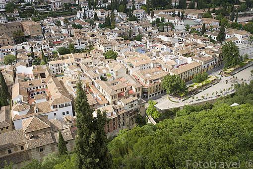 Paseo de los Tristes con terrazas y el barrio del Albaycin. Ciudad de GRANADA. Andalucia. España