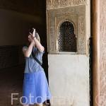 Taca y chica. Palacio de los Leones. Palacios Nazaries. La Alhambra, UNESCO. Ciudad de GRANADA. Andalucia. España