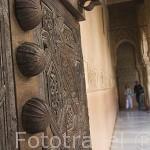 Detalle de un puerta y patio de los Leones. La Alhambra, UNESCO. GRANADA. Andalucia. España