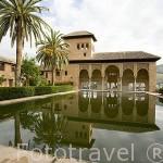 Palacio del Partal y reflejo en estanque. La Alhambra, UNESCO. Ciuda de GRANADA. Andalucia. España