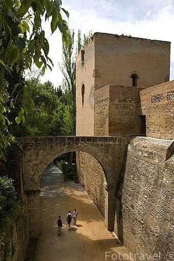 Vista desde la Alhambra Alta que comunica La Alhambra con el Generalife. Patrimonio de UNESCO. Ciudad de GRANADA. Andalucia. España