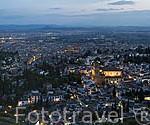 Vista de la ciudad de GRANADA desde lo alto del barrio del Sacromonte. A la izquierda La Alhambra, UNESCO. En el centro el barrio del Albaycin. Andalucia. España