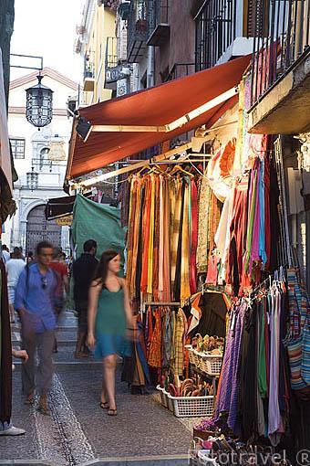 Calle de la Caldereria Nueva con teterias y tiendas de productos arabes. Barrio del Albaycin. Ciudad de GRANADA. Andalucia. España
