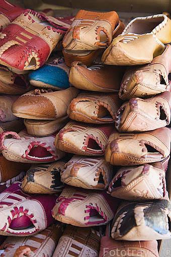 Zapatillas y calzado arabes a la venta en una tienda. Ciudad de GRANADA. Andalucia. España