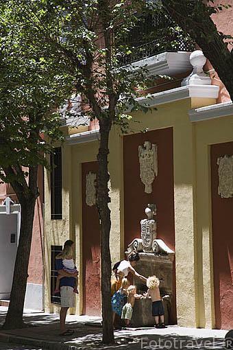 Fuente en la plaza Padre Suarez. Ciudad de GRANADA. Andalucia. España