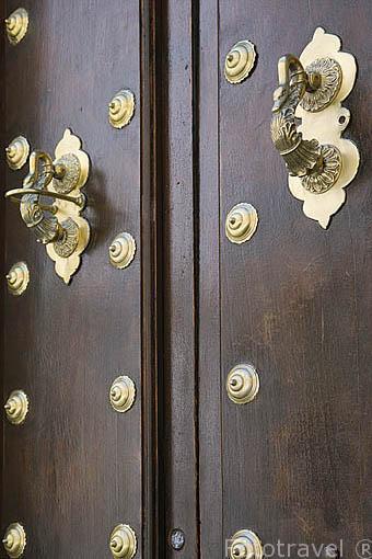 Aldabas en una puerta. Barrio del Realejo. Ciudad de GRANADA. Andalucia. España
