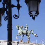 Escultura en lo alto de la fachada del edificio del Ayuntamiento. Ciudad de GRANADA. Andalucia. España