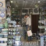 Tienda de venta de productos de ceramica. Ciudad de GRANADA. Andalucia. España