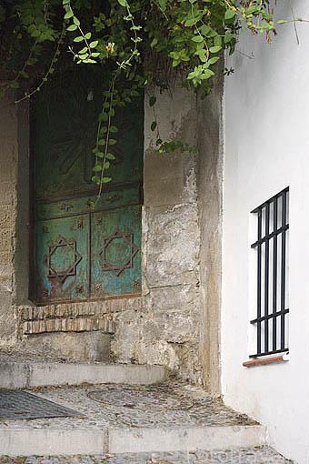 Puerta y ventana en el barrio del Albaycin. Ciudad de GRANADA. Andalucia. España