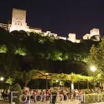 Terrazas en el Paseo de los Tristes. Arriba el complejo monumental de la Alhambra. Ciudad de GRANADA. Andalucia. España