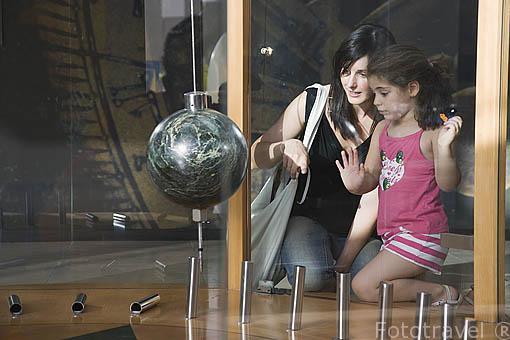 Pendulo oscilante. Parque de las Ciencias. Ciudad de GRANADA. Andalucia. España