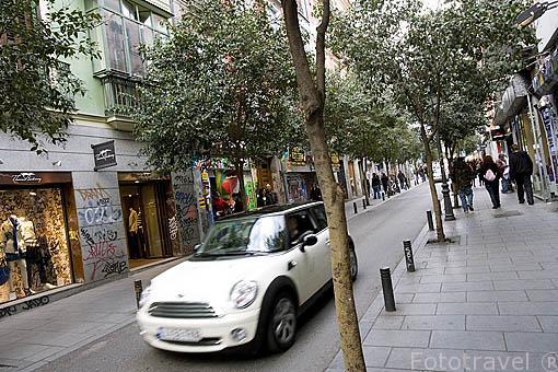 Calle Fuencarral con tiendas de diseñadores y ropa moderna. Madrid. España