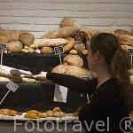 Variedades de pan y reposteria. Tienda Womo. En Columela 4. MADRID. España