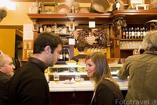 Pareja en el interior bar. Calle de Alvarez Gato. Madrid, centro. España