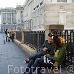 Chicos junto al Palacio Real. Madrid. España