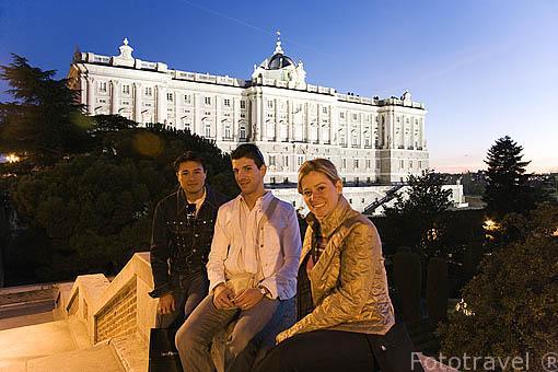 Grupo de amigos junto al Palacio Real. Madrid. España