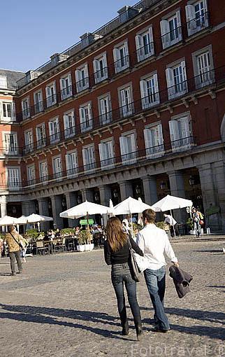 Pareja y terrazas en la Plaza Mayor. MADRID. España
