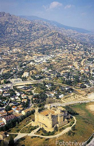 Vista aérea del castillo de MANZANARES EL REAL y al fondo La Pedriza. Comunidad de Madrid. España