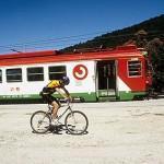 Tren y ciclistas en la estación de COTOS. Sierra de Guadarrama. Comunidad de Madrid. España