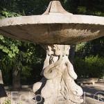 Fuente frente a la iglesia y palacio. Pueblo de NUEVO BAZTAN. Comunidad de Madrid. España