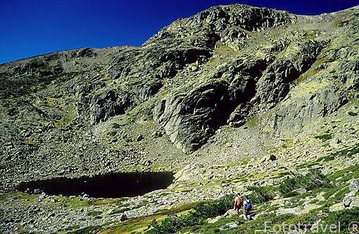Laguna de Peñalara y senderistas. Parque Natural de Peñalara. Sierra de Guadarrama. Comunidad de Madrid. España