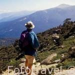 La sierra de Guadarrama vista desde Siete Picos y senderista. Zona del valle de la Fuenfria. Comunidad de Madrid. España