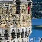 Torreón del castillo de MANZANARES EL REAL y detras el embalse de Santillana. Comunidad de Madrid. España
