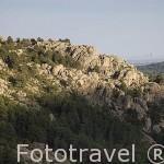 Formaciones rocosas en el Parque Natural de la Pedriza de MANZANARES EL REAL. Al fondo derecha la ciudad de MAdrid. Sierra de Guadarrama. Comunidad de Madrid. España