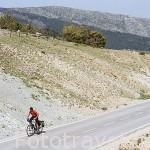 CIclista en lo alto del Puerto de la Morcuera. Sierra de Guadarrama. Comunidad de Madrid. España