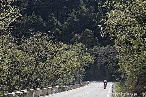 Ciclista ascendiendo el Puerto de la Morcuera. Sierra de Guadarrama. Comunidad de Madrid. España