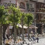 Calle de Jeronimo Castro y terrazas. Pueblo de MIRAFLORES DE LA SIERRA. Sierra de Guadarrama. Comunidad de Madrid. España
