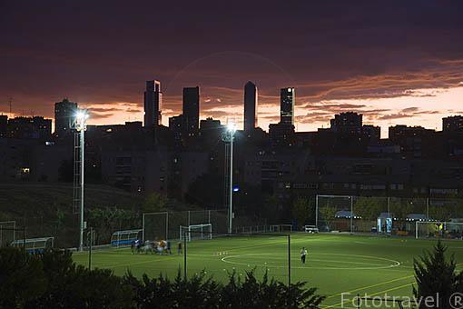 Campo de futbol en el barrio de Hortaleza. Al fondo las torres de: Torre Espacio, Cristal, Sacyr Vallehermoso y Caja Madrid. España