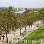 """Al fondo derecha la escultura """"Espacio Mexico"""" por Andres Casillas y Margarita Cornejo. Parque Juan Carlos I. Campo de las Naciones. Madrid. España"""
