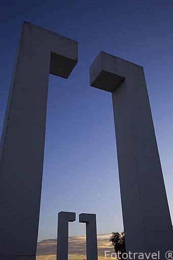 """Esculturas """"Sin titulo"""" por Dani Karavan. Parque Juan Carlos I o Campo de las Naciones. Madrid. España"""
