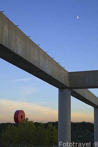 """Al fondo la escultura """"Espacio Mexico"""" por Andres Casillas y Margarita Cornejo. Parque Juan Carlos I. Campo de las Naciones. Madrid. España"""